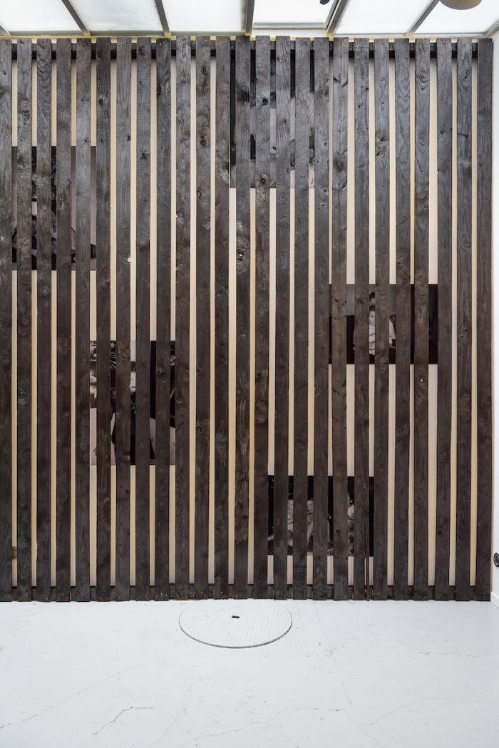 alicia-zaton-za-2014-2015-installation-en-brois-brule-a-la-dimension-du-mur-de-la-galerie-poster-d-archives-personnelles-colle-au-mur-derrieres-des-lattes-de-bois-590x370cm-320cfb68edb09060cfd79beca20321d7