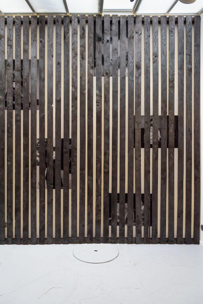 alicia-zaton-za-2014-2015-installation-en-brois-brule-a-la-dimension-du-mur-de-la-galerie-poster-d-archives-personnelles-colle-au-mur-derrieres-des-lattes-de-bois-590x370cm-9a93b9cbd2b4b8de778615ad436f1e6b