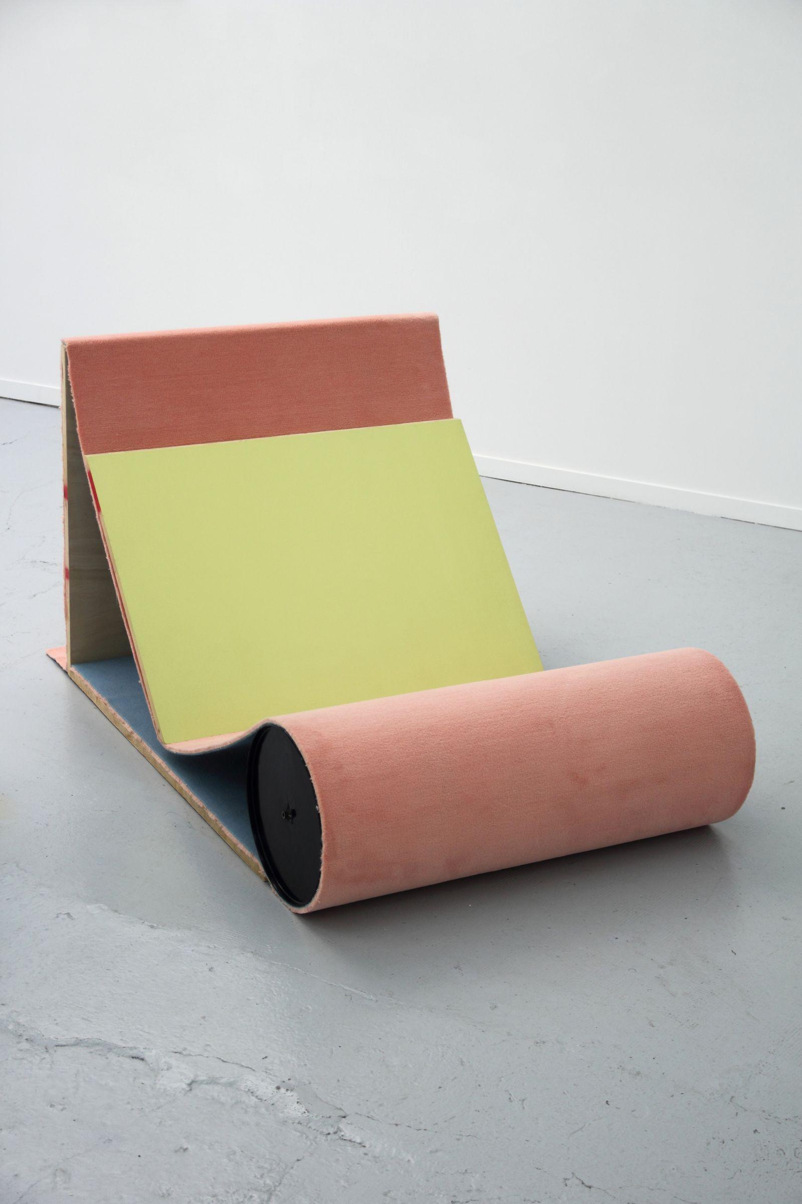 jean-francois-leroy-assis-couche-1-2013-moquette-bois-acrylique-metal-155x100x100cm-841569dba2e399fc80cd7aefe6288467