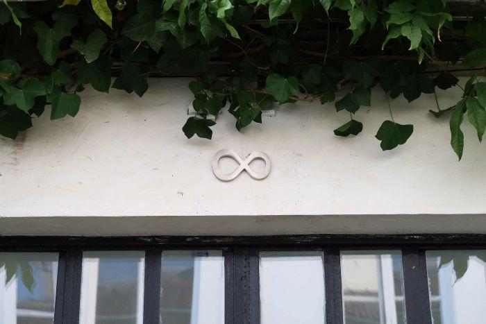 marco-godinho-the-infinite-house-house-number-acier-inoxydable-decoupe-sur-mesure-9x14.5x1-cm-2012-b3cac88b2409563987d569670f15241b