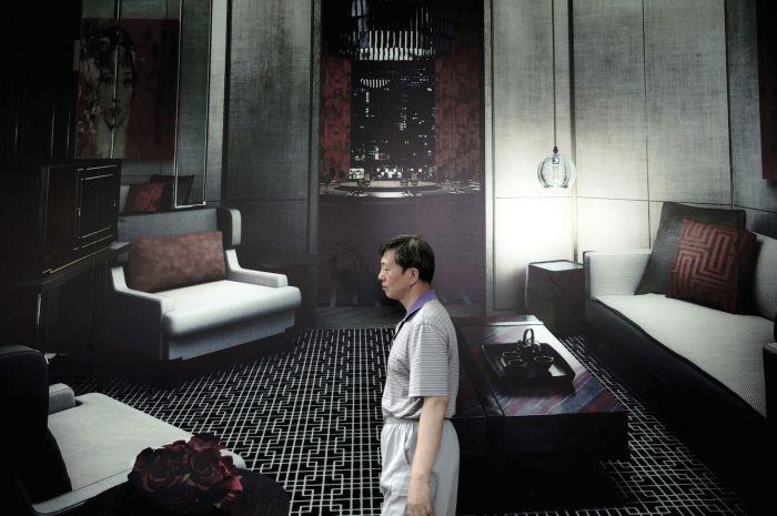 sara-acremann-homme-dans-un-salon-2011-photographie-numerique-109x164cm-f9ad5733f17f01b289ca8049e3bb7c35