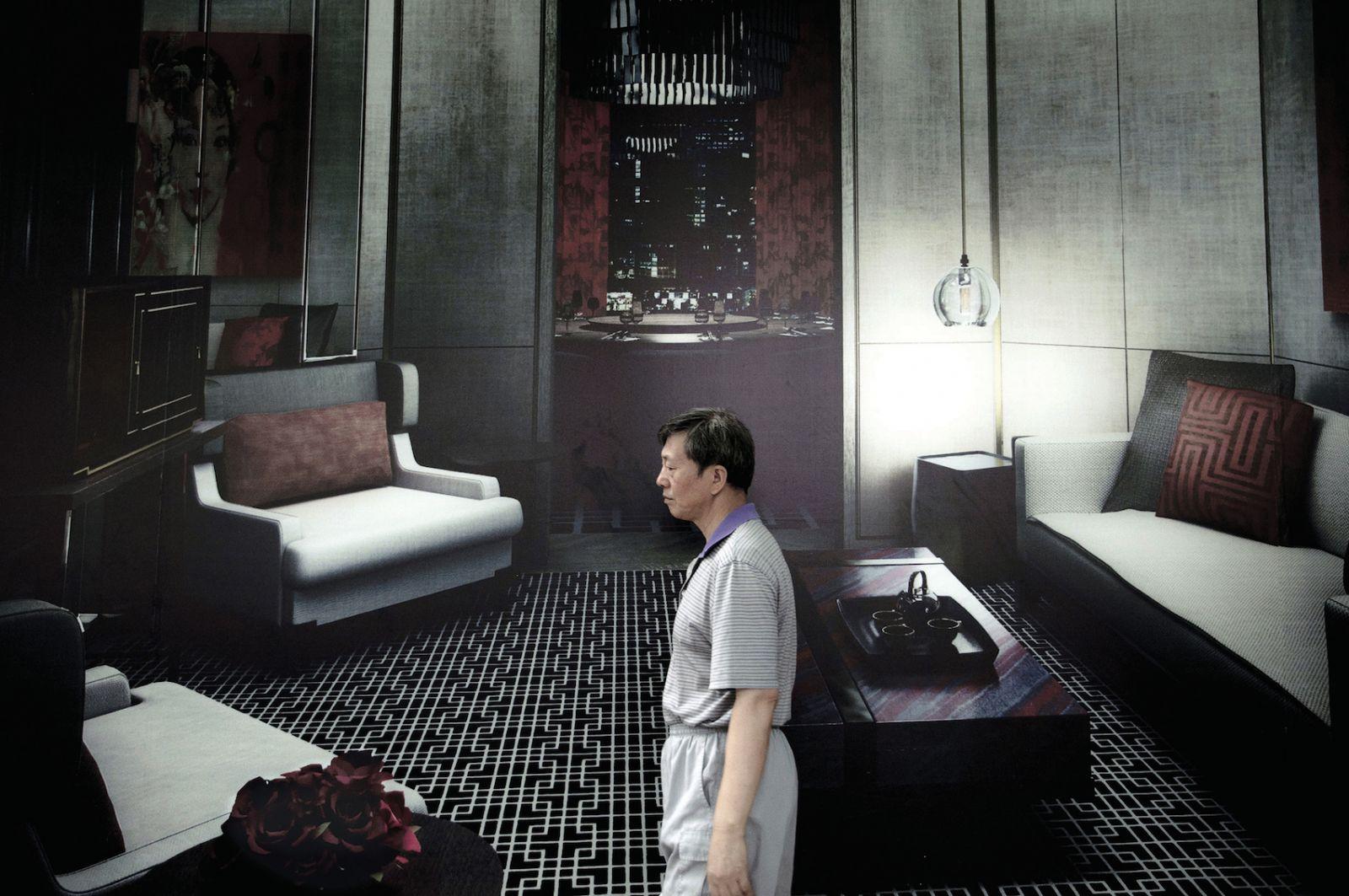 sara-acremann-homme-dans-un-salon-2011-photographie-numerique-109x164cm-d64f3c597a0f3b7abd3fbd69c85d073f